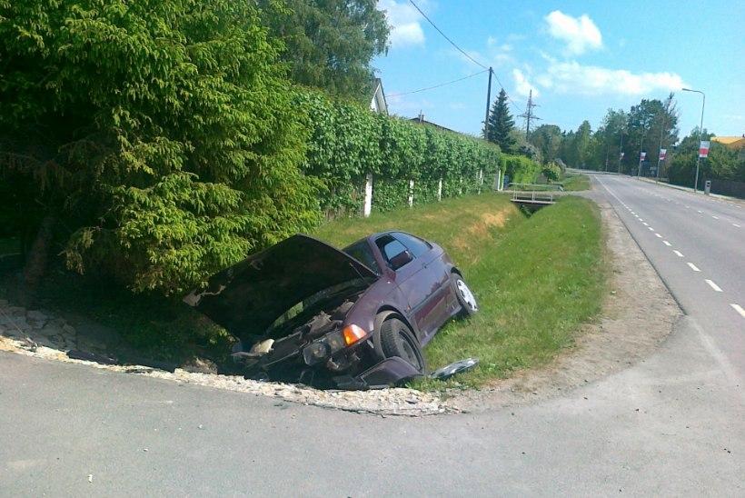 Lagedil paiskus BMW kraavi, viga said autos olnud juht ja laps