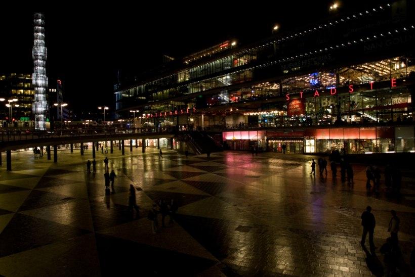 Stockholmi kesklinnas ründas mees politseinikke nugadega