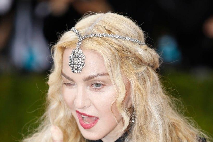 57aastane Madonna paljastas moegalal nii rinnad kui kannikad