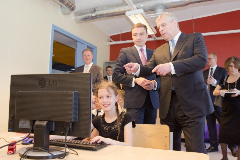 Piltuudis: peaminister Rõivas ja prints Andrew  Pelgulinna gümnaasiumi arvutitunnis