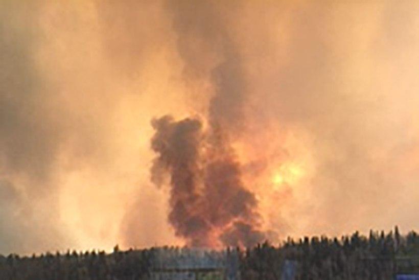 FOTOD | Kanada naftatöötluskeskuse 60 000 elanikku põgenevad metsatulekahju eest