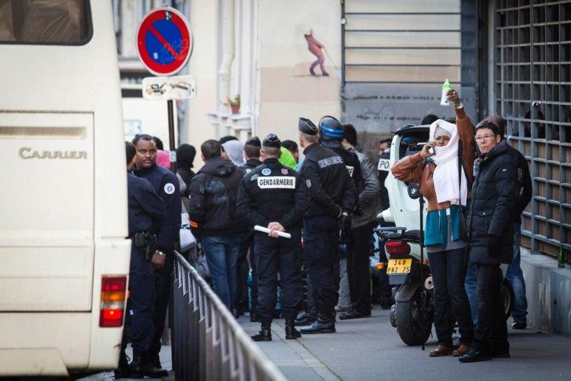 FOTOD   Migrantide evakueerimisel Pariisi koolimajast läks rüseluseks