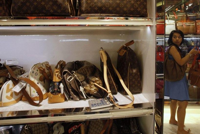 Eksikombel miljonäriks saanud näitsik ostis 3,3 miljoni eest luksuskaupu, peamiselt käekotte