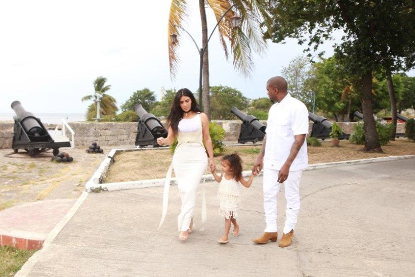 JUSTKUI ARMASTUSFILMIS: Kim, Kanye ja North jalutasid Kuuba pealinnas, beebit aga kaasa ei võetud