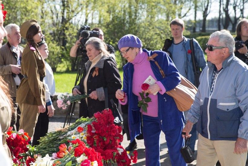 GALERII | Venelased tähistavad võidupüha, pronkssõduri ümbrus on täitunud punaste nelkidega