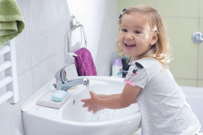 Tudengid õpetavad Tartu lapsi käsi pesema