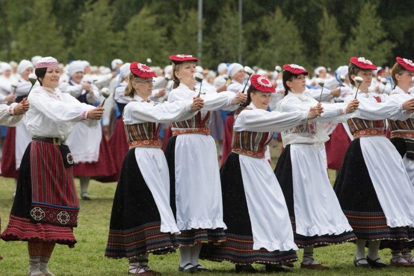 Naiste tantsupeol kõlistati kulpe ja hüpati üle rehade