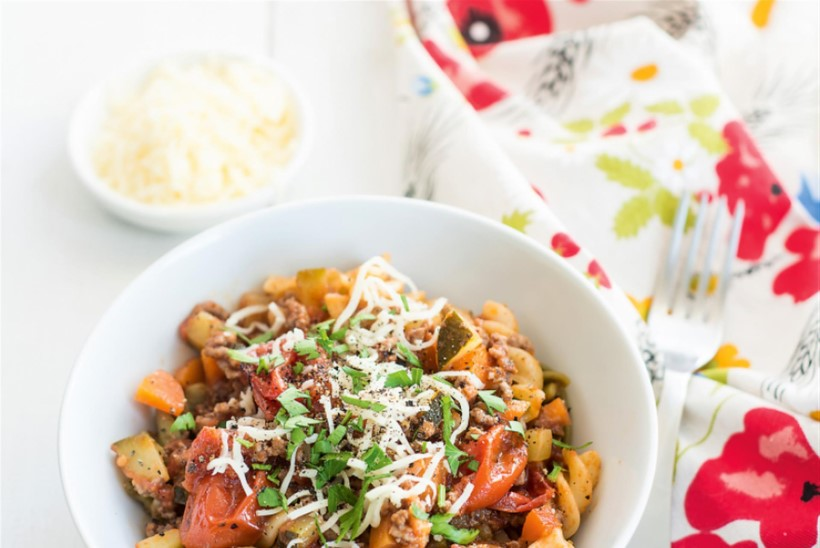Tomatine pasta hakkliha, suvikõrvitsa ja porgandiga