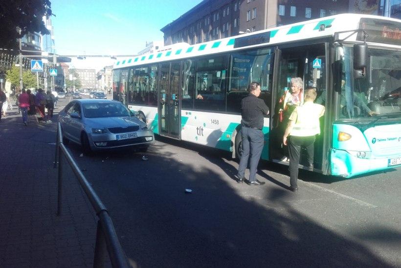 Tallinnas põrkasid kokku sõiduauto ja liinibuss