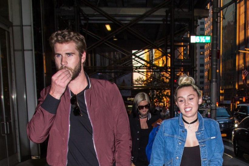 FOTO | Miley Cyrus uhkeldas oma kihlasõrmusega