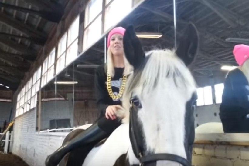 Räppar Tiiu kukkus hobuse seljast ja murdis jalaluu