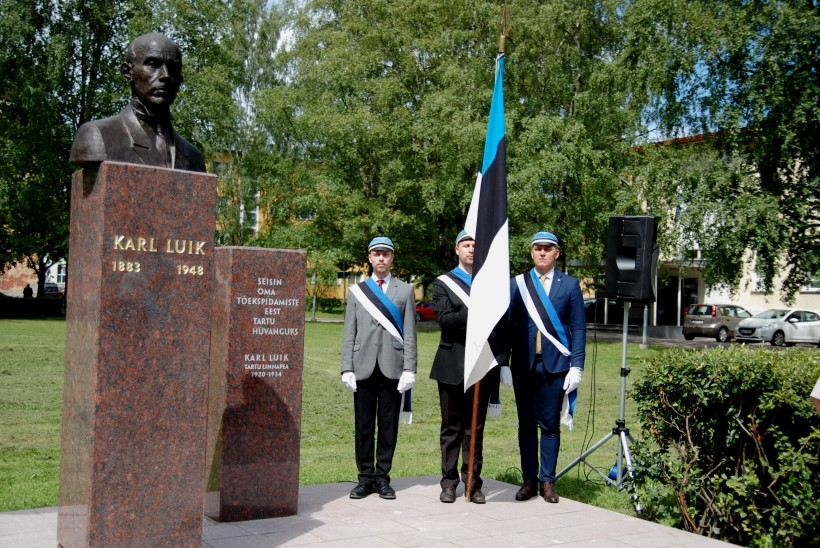 GALERII | Äsjaavatud skulptuur toob Tartu kunagise meeri Karl Luige põranda alt välja
