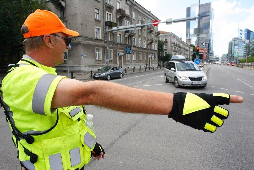 Liiklusreguleerijana töötav mees aitas politseil vabatahtlikult liikluskaost ohjeldada