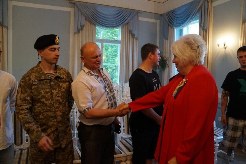 FOTOD   Eesti ja Ukraina välisminister külastasid haavatud Ukraina sõjaväelasi Seli Tervisekeskuses