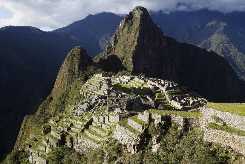 VEEL ÜKS SELFIE OHVER: Peruus Machu Picchus kukkus turist kuristikku