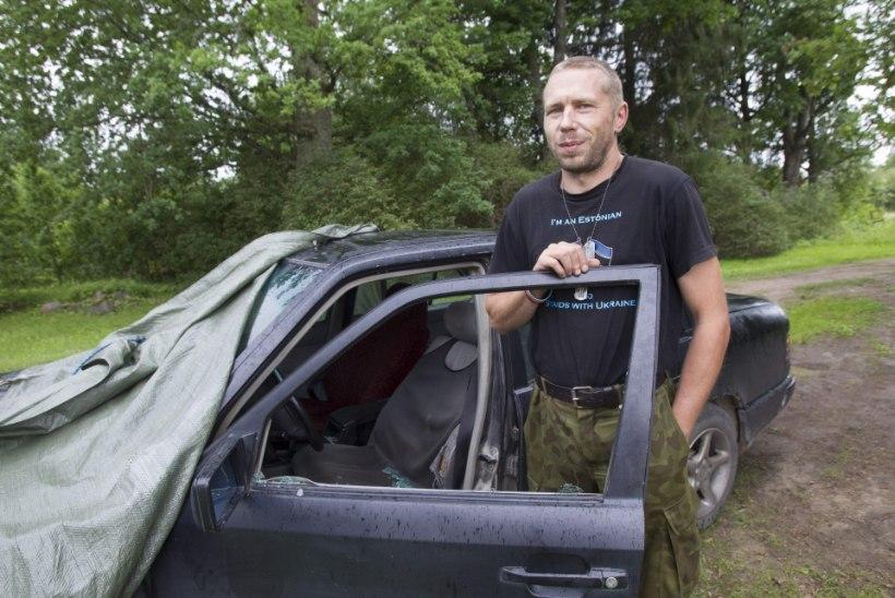 Ukrainat toetavate kleepsudega auto küljeklaas löödi foori taga puruks
