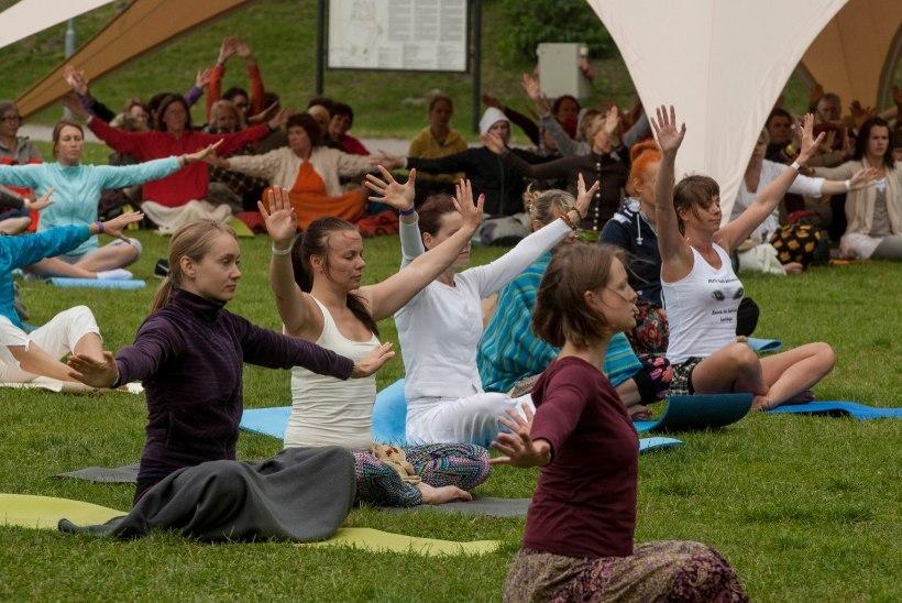 Joogafestival kutsub paljulapselised emad tasuta lõõgastuma