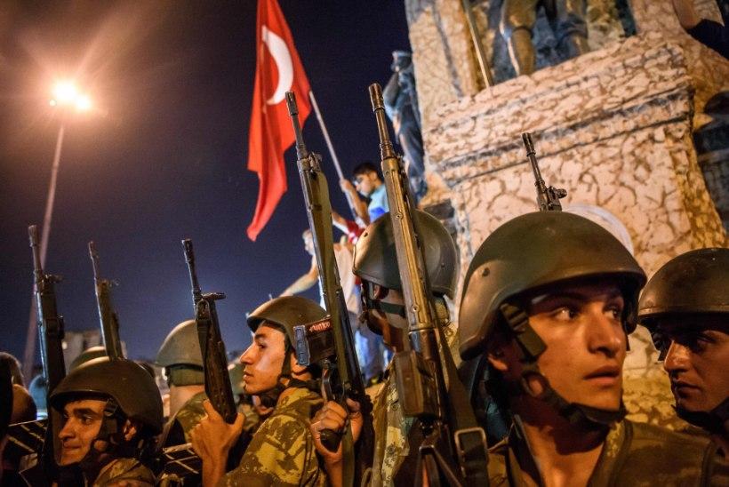 KÄED ÜLES : vaata, kuidas Türgi sõdurid alla andsid
