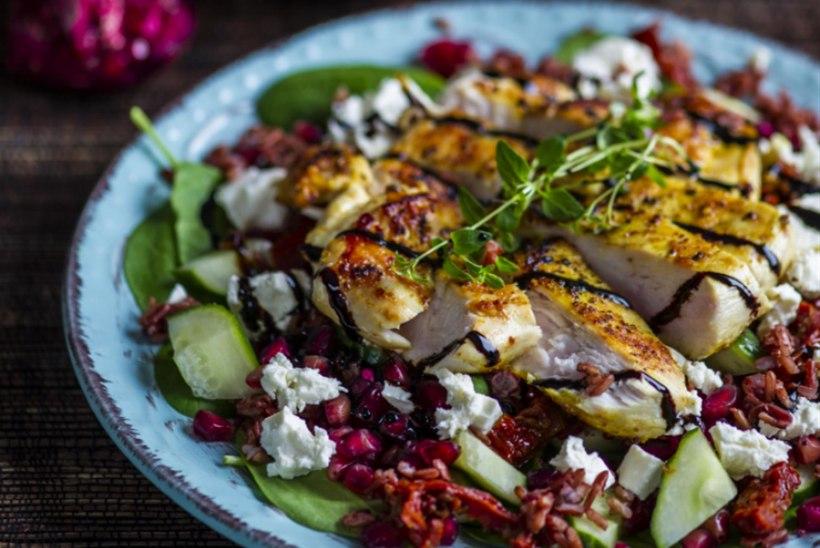 Soe punase riisi, feta ja kana salat granaatõunaseemnetega