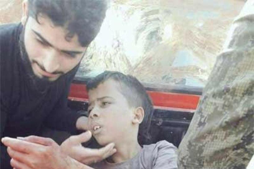 Mõõdukad mässulised nüsisid lapsel kaamera ees pea otsast