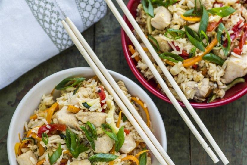 Praetud riis kana, muna ja köögiviljadega