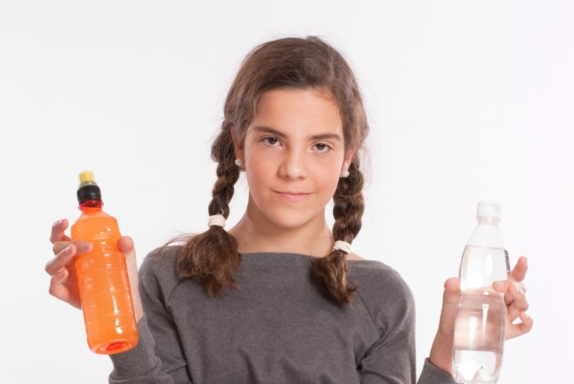 Uuring: laste ülekaalu vähendamiseks peab piirama suhkruga magustatud jookide tarbimist