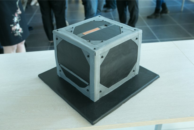 Teadusmalevlased töötavad ESTCube-2 satelliidi kallal