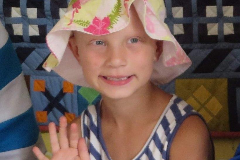 Ravimatu haiguse tõttu juusteta tüdruk vajab toetust juukseproteesi ostuks