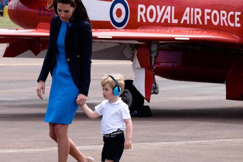 FOTOD   Pisike prints George uudistas koos emme ja issiga lennukeid