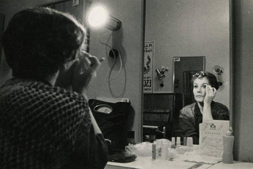 """Helgi Sallo lehitseb pildialbumit ja itsitab: """"Issand, no miks ma siia Nõukogude Liitu jäin! Ma oleksin väljamaal  olnud kõva filmistaar!"""""""