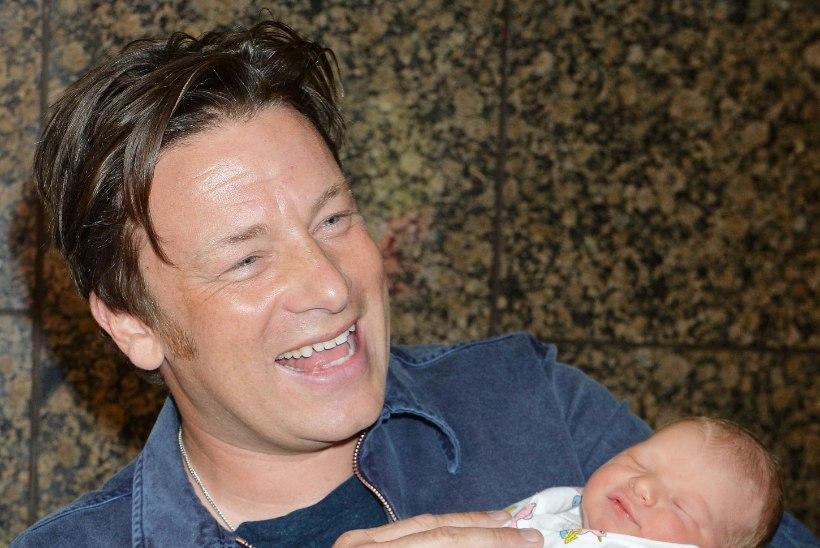 Värsked pildid! Jamie Oliver viis pisikese beebi jalutuskäigule!