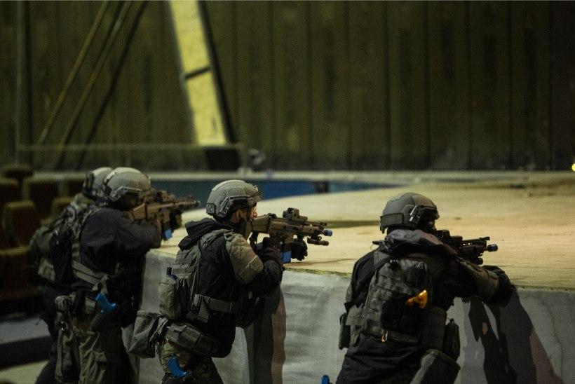 GALERII & VIDEO | Põhja-Tallinnas harjutasid politseinikud relvastatud kurjategijate kinnipidamist