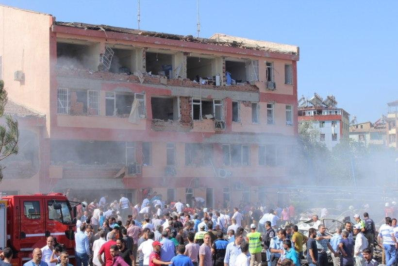 FOTOD | Türgis kärgatasid politseijaoskondade ees võimsad autopommid