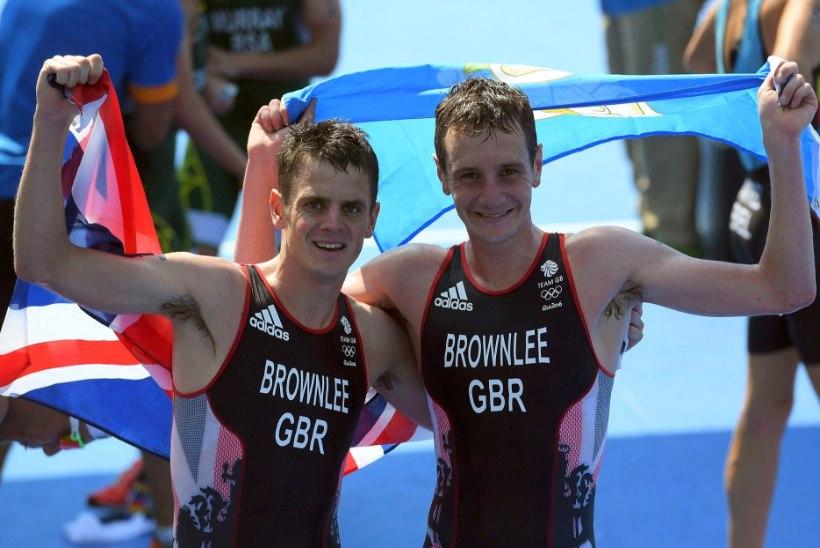 SÜDAMLIKUD FOTOD   Briti vennad võtsid olümpiatriatlonil kaksikvõidu
