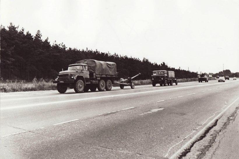 GALERII | 25 aastat tagasi: teedel Punaarmee sõjamasinad, tänavatel barrikaadid ja vapper rahvas