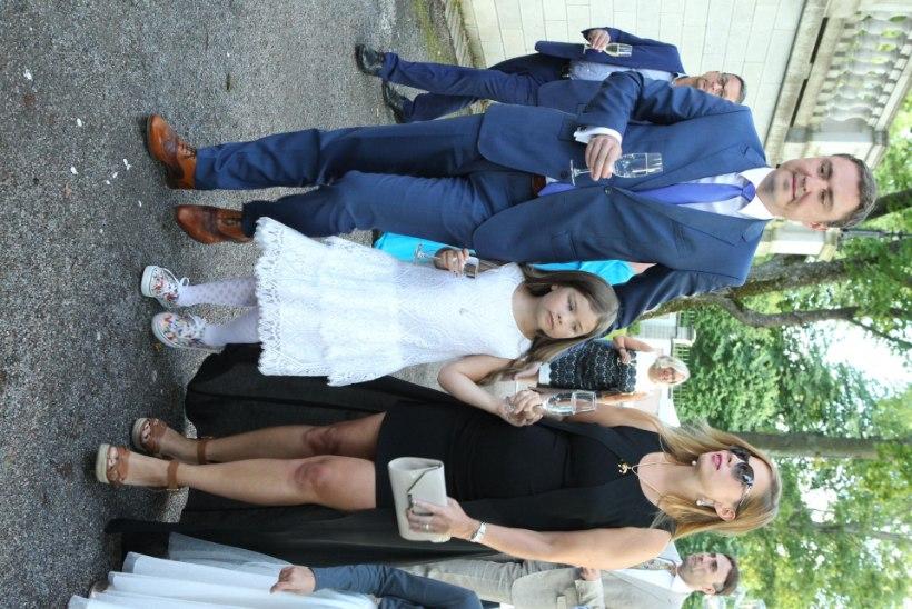 PILTUUDIS | Lapseootel Ieva ja Luisa särasid roosiaias üksteise võidu