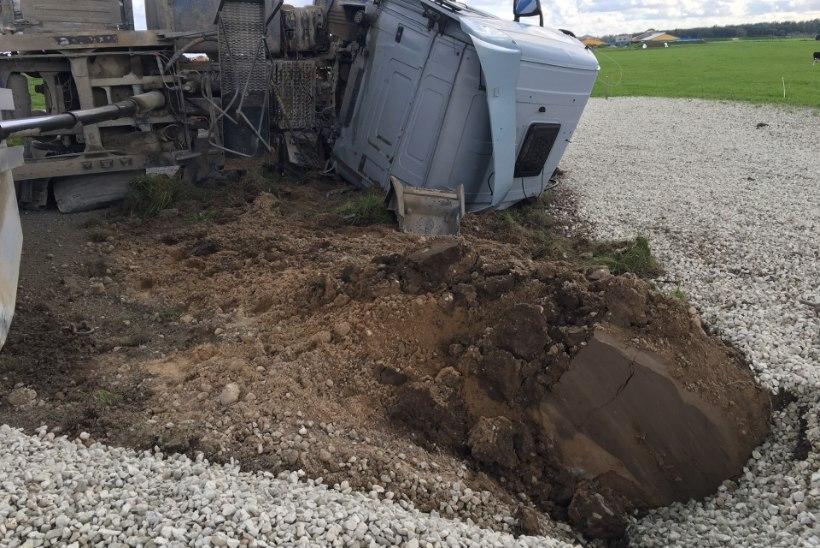 FOTOD   Jõgevamaal paiskus veoauto külili ja lõhkus ära karjaaia