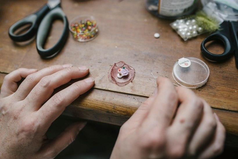 Kersti Heinloo õpetab kunstlilledest peapaela meisterdama!