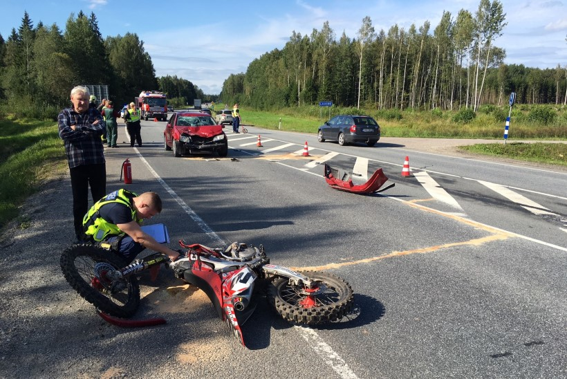 FOTOD | Jõgevamaal põrkasid kokku krossimootorratas ja sõiduauto