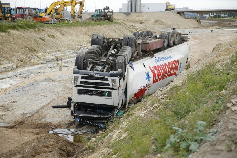 Veoauto sõitis ehitusjärgus teelõigul kraavi
