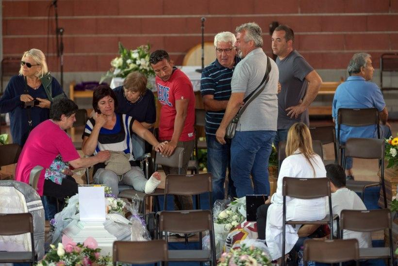 FOTOD | Itaalias saadeti viimsele teekonnale 35 maavärinaohvrit, nende hulgas 18kuune beebi