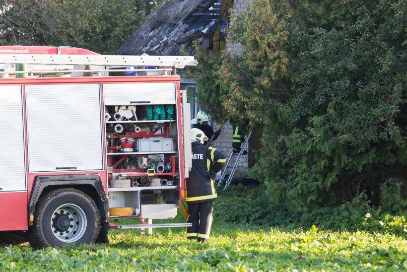 Õnnelik õnnetus Antslas: korteri teine korrus ja katus hävisid põlengus, kuid inimesed pääsesid