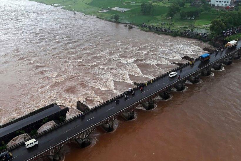 FOTO | Indias kukkus kiirteel sild kokku, kaks bussitäit inimesi on kadunud