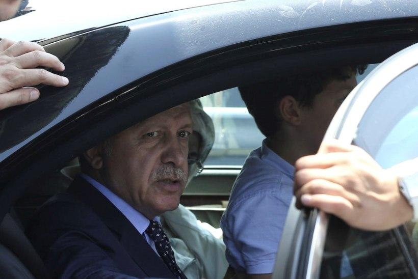 Türgi meedia: Erdogani lennuk oleks äärepealt alla tulistatud, aga hävitajal sai kütus otsa