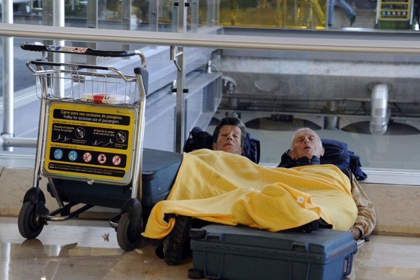 Paarsada mehhiklast ootab Madridis kojulendu: lennukites pole istekohti