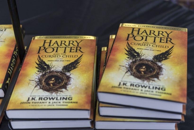 """ARVUSTUS: """"Harry Potter ja neetud laps"""" – kulunud ajas rändamise motiiv, aga haaravalt põnev lugu"""