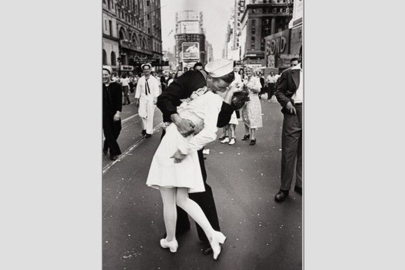 """""""Siis kahmati minust kinni. Mees oli väga tugev. Mina teda ei suudelnud – tema suudles mind."""""""