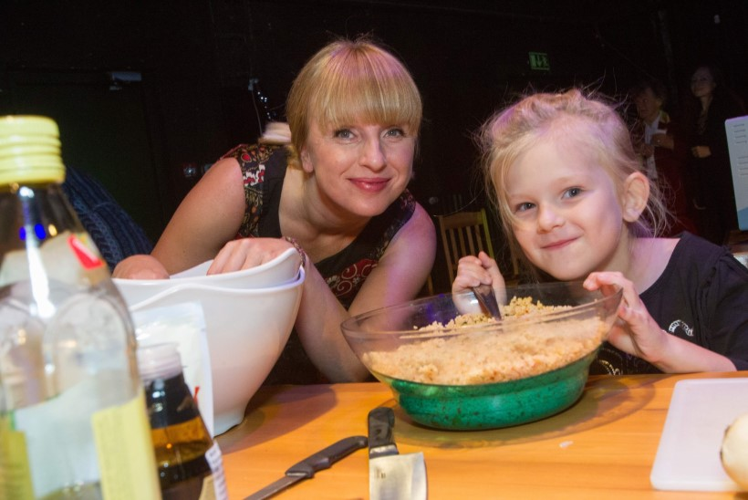 Ülle Kaljuste seenepirukas, Harriet Toompere sibulasupp, Tiit Suka võileivad – kõik tehtud lavaköögis