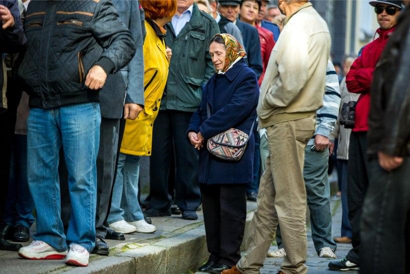 FOTOD   Vene riigiduumat valima tulnud inimesed järjekorras