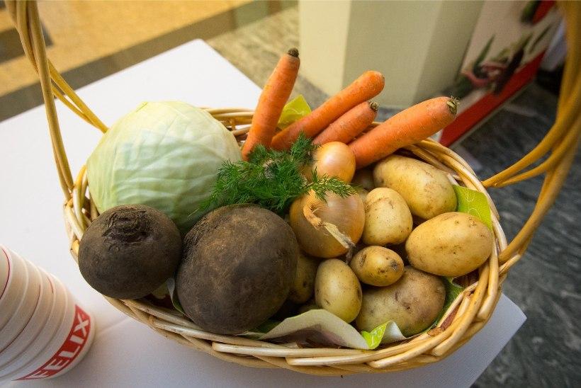 Jäta kollased porgandid krõmpsuks ja sinised kartulid pane potti koos koorega